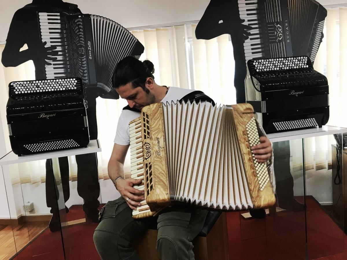 Marco Lo Russo da Bugari Armando Accordions mentre testa una nuova fisarmonica